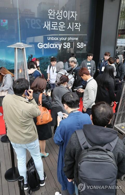 開通イベントで列に並ぶ予約購入者=18日、ソウル(聯合ニュース)
