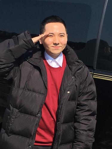 入所前にファンにあいさつするイム・ヒョンジュさん(所属事務所提供)=(聯合ニュース)