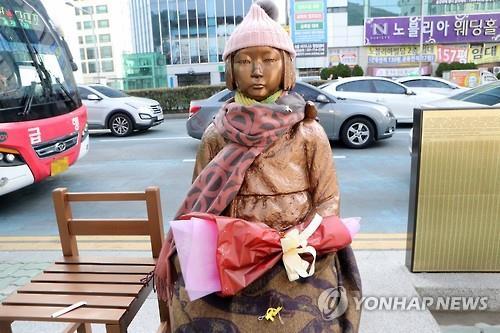 釜山の日本総領事館前に設置されている少女像=(聯合ニュース)