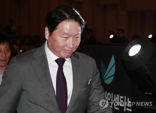 講演するため、登壇する崔会長=20日、ソウル(聯合ニュース)