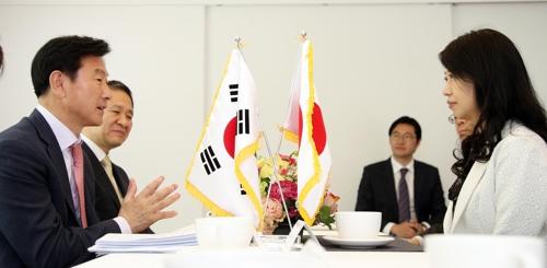 金副知事(左)と堀井副知事(京畿道提供)=21日、議政府(聯合ニュース)
