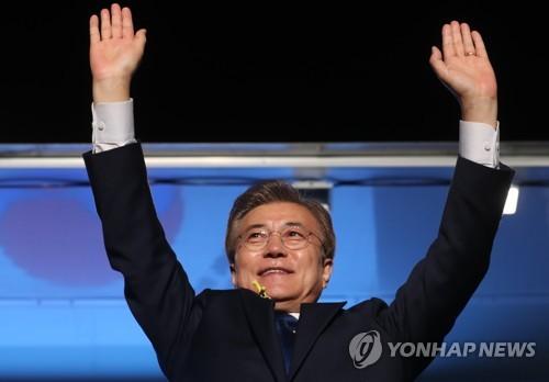 光化門広場で国民向けメッセーぞを出し、勝利を宣言する文氏=9日、ソウル(聯合ニュース)