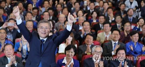 支持者の前で手を上げる文氏=9日、ソウル(聯合ニュース)