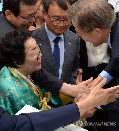 文氏(右)は選挙期間中、慰安婦被害者にも会っている=(聯合ニュース)
