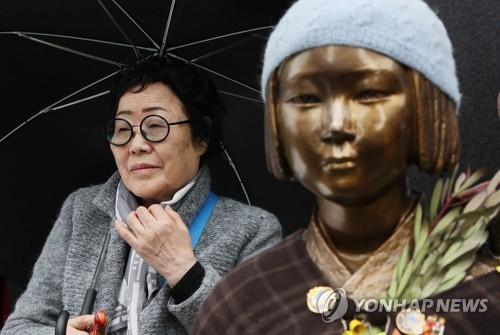 元慰安婦の女性と慰安婦被害者を象徴する少女像(資料写真)=(聯合ニュース)