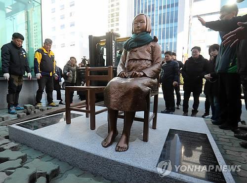 釜山の日本総領事館前に設置されている少女像(資料写真)=(聯合ニュース)