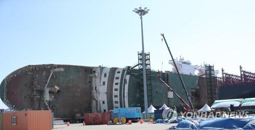 船内捜索が行われているセウォル号の船体(資料写真)=(聯合ニュース)