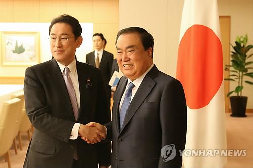会談前、握手を交わす文氏(右)と岸田氏=17日、東京(聯合ニュース)
