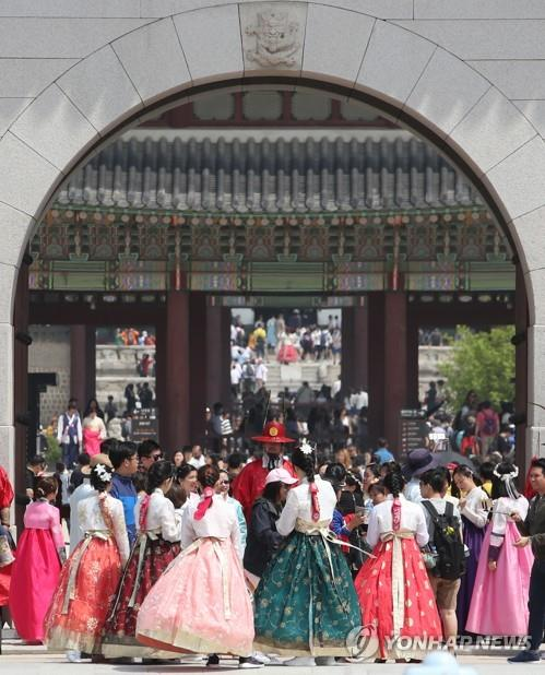 観光客でにぎわう旧王宮の景福宮(資料写真)=18日、ソウル(聯合ニュース)