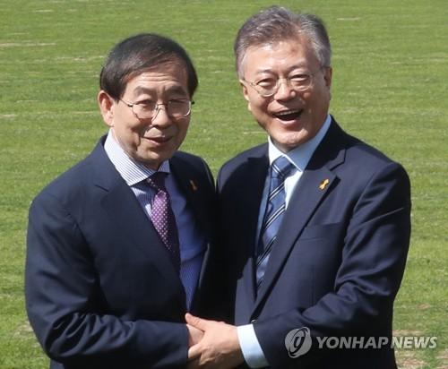 文大統領(右)と朴ソウル市長(資料写真)=(聯合ニュース)