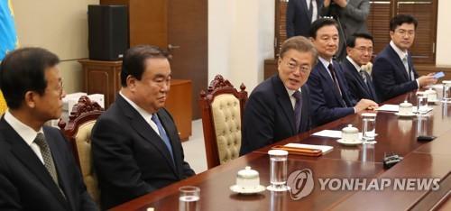 面会に出席した対日特使の文喜相氏(左から2人目)、文大統領(同3人目)=24日、ソウル(聯合ニュース)