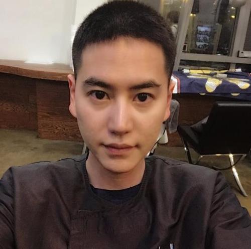 兵役のため髪を短く切ったキュヒョンさん(ツイッターより)=(聯合ニュース)