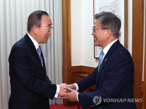 握手を交わす文大統領(右)と潘前国連総長(青瓦台提供)=2日、ソウル(聯合ニュース)