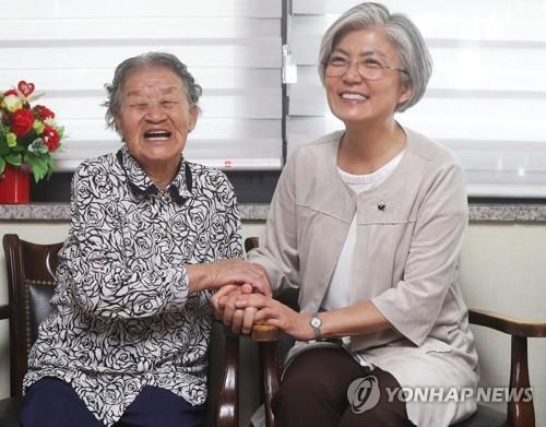 ナヌムの家を訪れ、慰安婦被害者と懇談する康氏(右)=2日、広州(聯合ニュース)