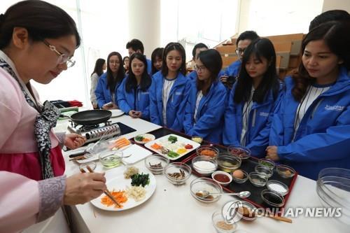 韓国料理の作り方を学ぶ外国人観光客(資料写真)=(聯合ニュース)