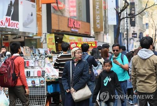外国人観光客でにぎわう明洞=4月9日、ソウル(聯合ニュース)
