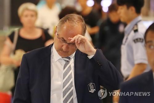 ドーハでの試合を終え仁川国際空港に到着したシュティーリケ氏=14日、仁川(聯合ニュース)