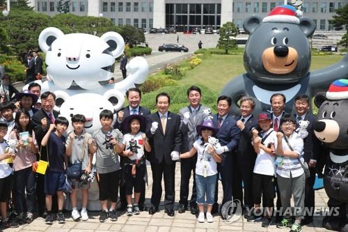 国会の広場に設置された平昌五輪のマスコット「スホラン」(左)と「バンダビ」=12日、ソウル(聯合ニュース)