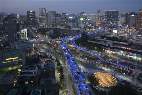 夜間にライトアップされたソウルロ7017(ソウル市提供)=(聯合ニュース)