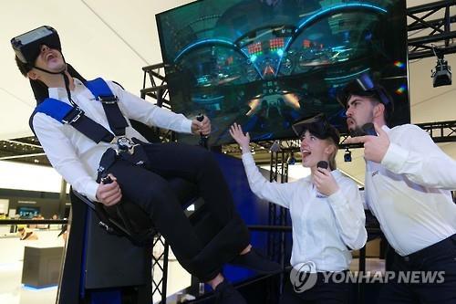 VR体験の様子(サムスン電子提供)=(聯合ニュース)