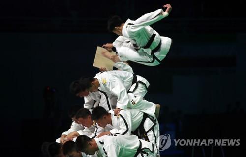 世界テコンドー選手権大会の開会式で演武を披露する北朝鮮選手団=24日、茂朱(聯合ニュース)