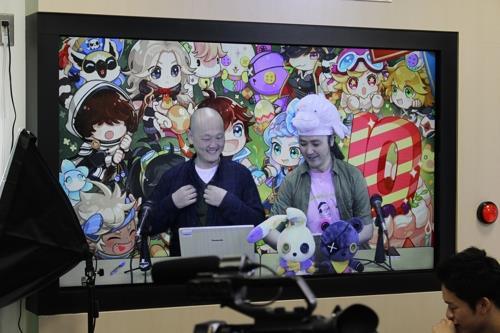 「コンテンツ中継ゾーン」で行われた韓国製ゲームのプロモーションの生中継(韓国コンテンツ振興院提供)=29日、東京(聯合ニュース)