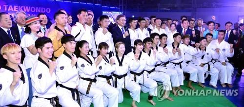ワールドテコンドー世界選手権大会の開会式に参加した韓国と北朝鮮の演武団=24日、茂朱(聯合ニュース)