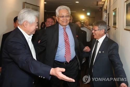 ワールドテコンドーのソウル本部を訪れた北朝鮮の張雄ITF名誉総裁(中央)を案内する趙正源ワールドテコンドー会長(左)=29日、ソウル(聯合ニュース)