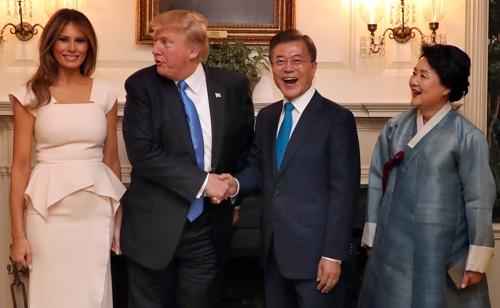 ホワイトハウスで握手を交わす文大統領(右から2人目)とトランプ大統領=29日、ワシントン(聯合ニュース)