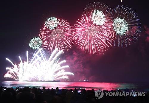 今年2月、平昌冬季五輪まで1年を記念して江原道で開かれた花火大会(資料写真)=(聯合ニュース)
