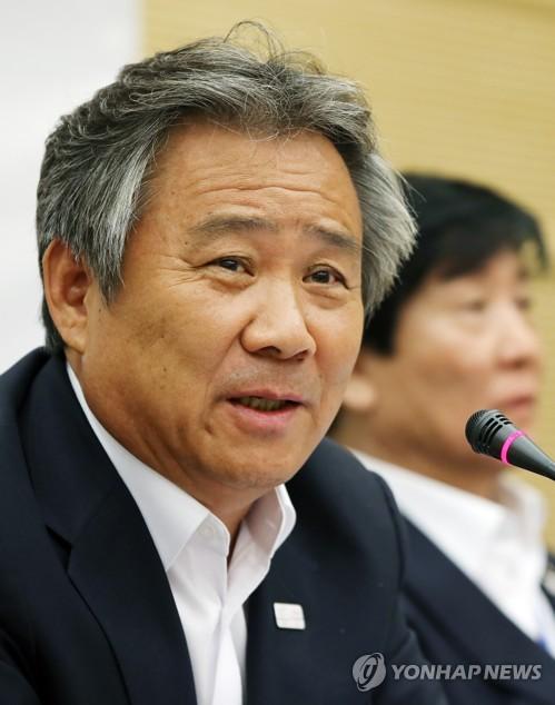 記者の質問に答える李会長=6日、鎮川(聯合ニュース)