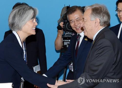 康氏(手前左)と握手を交わすグテレス事務総長(手前右)=(聯合ニュース)
