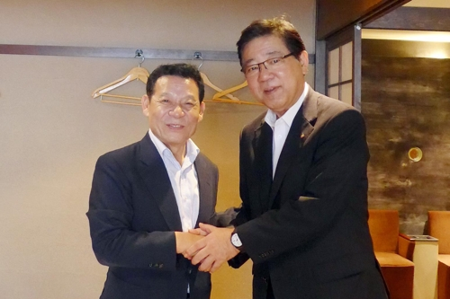 尹市長(左)と北橋市長(光州市提供)=(聯合ニュース)