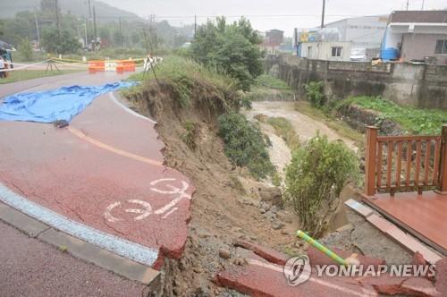 大雨で寸断された道路(世宗市提供)=10日、世宗(聯合ニュース)