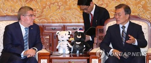 韓国の文在寅大統領(右)と会談するIOCのバッハ会長(資料写真)=3日、ソウル(聯合ニュース)