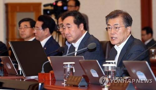 青瓦台(大統領府)で開かれた閣議で発言する文大統領=11日、ソウル(聯合ニュース)