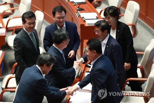 国会予算決算特別委員会に出席した野党議員ら=14日、ソウル(聯合ニュース)