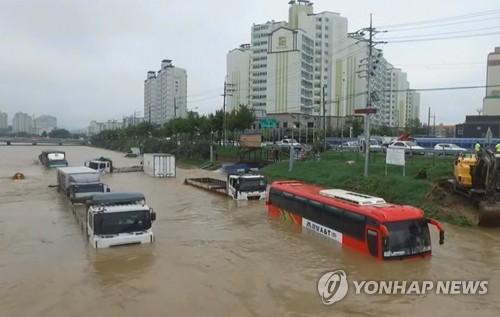 冠水し、車が水につかった忠清北道・曽坪にある駐車場=16日、曽坪(聯合ニュース)