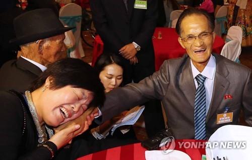 2015年10月に行われた南北離散家族再会行事(資料写真)=(聯合ニュース)