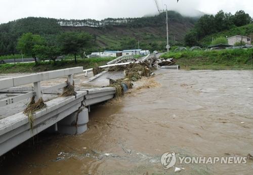 大雨の影響で損壊した清州市内の橋=16日、清州(聯合ニュース)