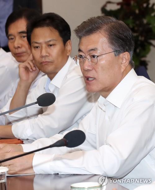首席秘書官・補佐官会議で発言する文大統領=17日、ソウル(聯合ニュース)