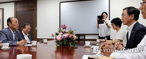 6・15共同宣言実践南側委員会の関係者らと面談する趙明均長官(左端、統一部提供)=17日、ソウル(聯合ニュース)