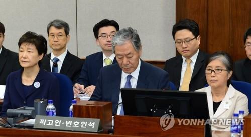 5月23日、ソウル中央地裁で開かれた初公判に出廷した朴槿恵被告(手前左端)=(聯合ニュース)