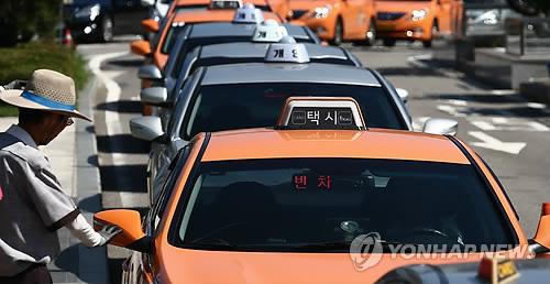 ソウル駅前で客待ちするタクシー(資料写真)=(聯合ニュース)