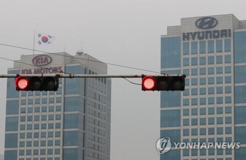 起亜自動車(左)と現代自動車(資料写真)=(聯合ニュース)