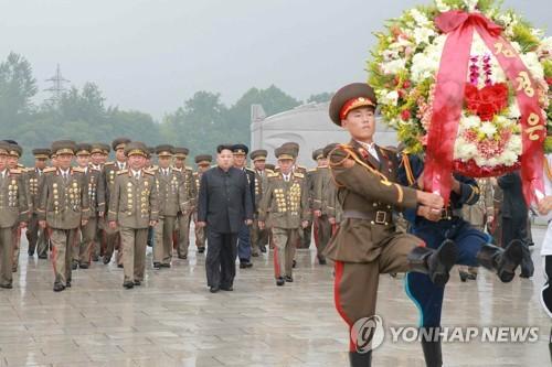 「祖国解放戦争参戦烈士の墓」を参拝する金委員長=28日、ソウル(労働新聞=聯合ニュース)