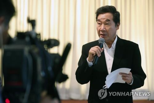 懇談会で発言する李首相=31日、ソウル(聯合ニュース)