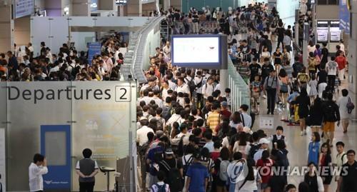 出国者で混み合う仁川国際空港=(聯合ニュース)