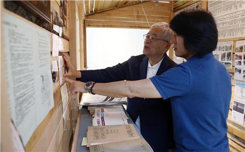 写真作家のイ・ジェガプさん(手前)と木村英人さん=(聯合ニュース)
