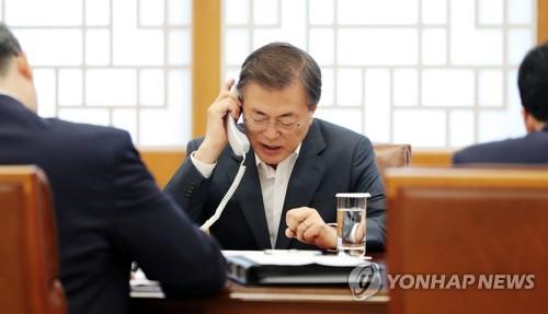 安倍首相と電話会談を行っている文大統領(青瓦台提供)=7日、ソウル(聯合ニュース)
